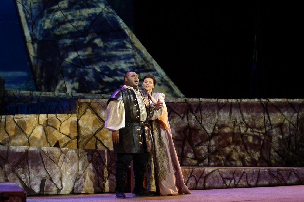 Issachah Savage (Otelo) and Maija Kovalevska (Desdemona) Copyright - Marco AyalaOFJ