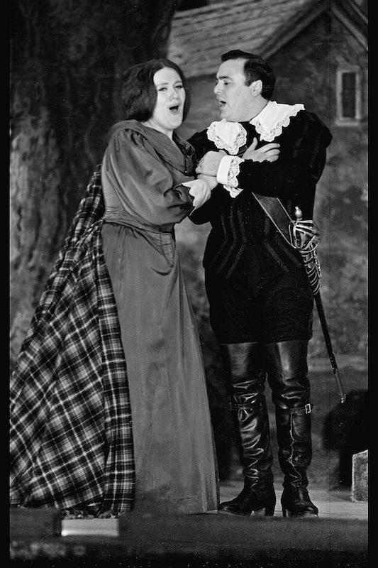 Luciano Pavarotti con Joan Sutherland nel ruolo di Edgardo
