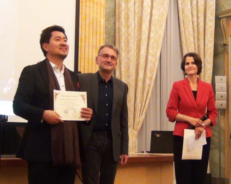 Park Kiok premiato da Gianluigi Falzoni - foto di OperaClick