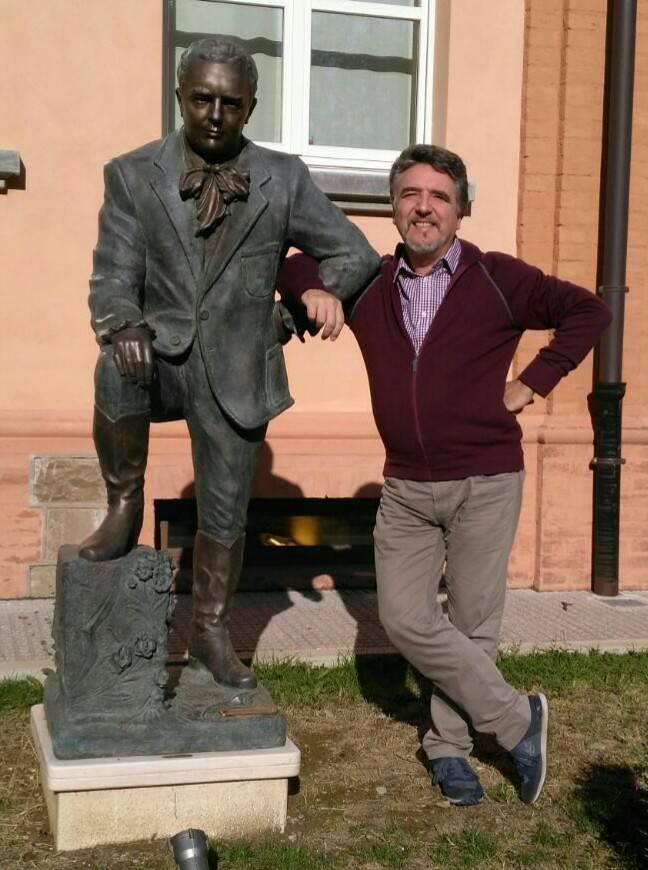 la statua di Ferruccio Tagliavini visibile a Barco con accanto Danilo Boaretto